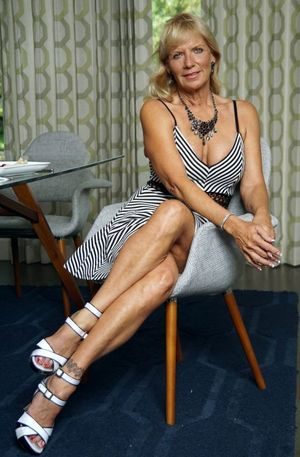 Leggy mature lady in..